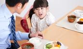 14910723(朝食を食べる親子)とその連想画像