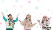13709676(雪を見上げる3人の女の子)とその連想画像