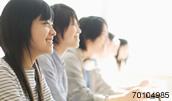 70104985(講義を受ける大学生たち)とその連想画像