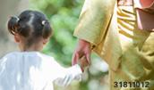31811012(おばあちゃんと手をつなぎ散歩する女の子)とその連想画像