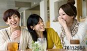 70112958(友人との会話を楽しむ女性たち)とその連想画像