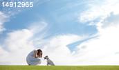 14912965(草原で犬と遊ぶ若い女性)とその連想画像