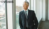 17913905(窓の外を見るビジネスマン)とその連想画像