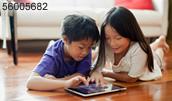 56005682(スマートPCで遊ぶ子供)とその連想画像