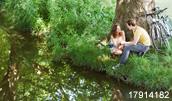 17914182(川辺でお喋りをするカップル)とその連想画像