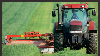 64016715(トラクターで農場の手入れを行う男性)